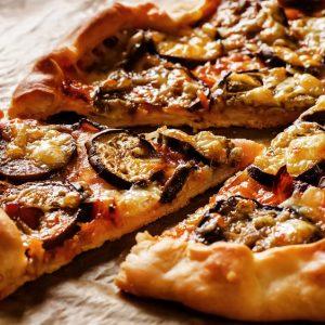 פטריזאנו - פיצה משפחתית ענקית 100% גבינת מוצרלה בתוספת חצילים מטוגנים .